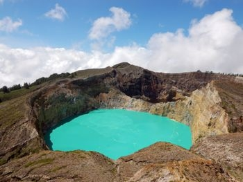 350px-Kelimutu_lakes_-_Aqua_and_Chocolate_1.jpg